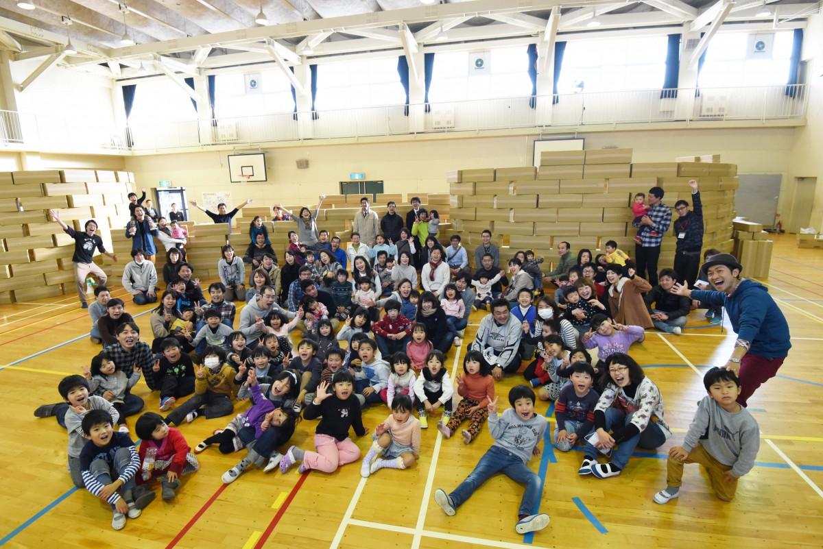 何の変哲もないダンボールで驚きと感動の遊びができた!NPO法人ファザーリング・ジャパン関西による親子ダンボール教室開催!