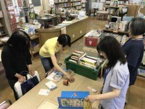 きたてしま学園 北豊島中学校「北中オーえん隊」、子どもたちに読み聞かせをしています。