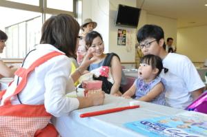 市民健康フォーラムで、子どもたちが歯科コーナーで正しい歯磨きについて学びました。