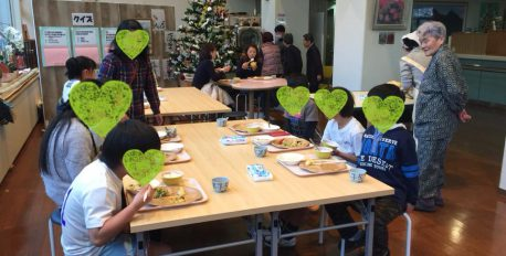 特別養護老人ホーム ほほえみの園さんが、お年寄りとふれあえるこども食堂を開催されました。