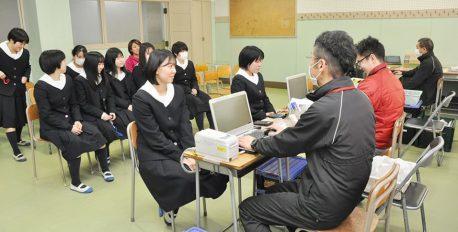 宣真高校で卒業記念献血「身近なところから人助け奉仕を」
