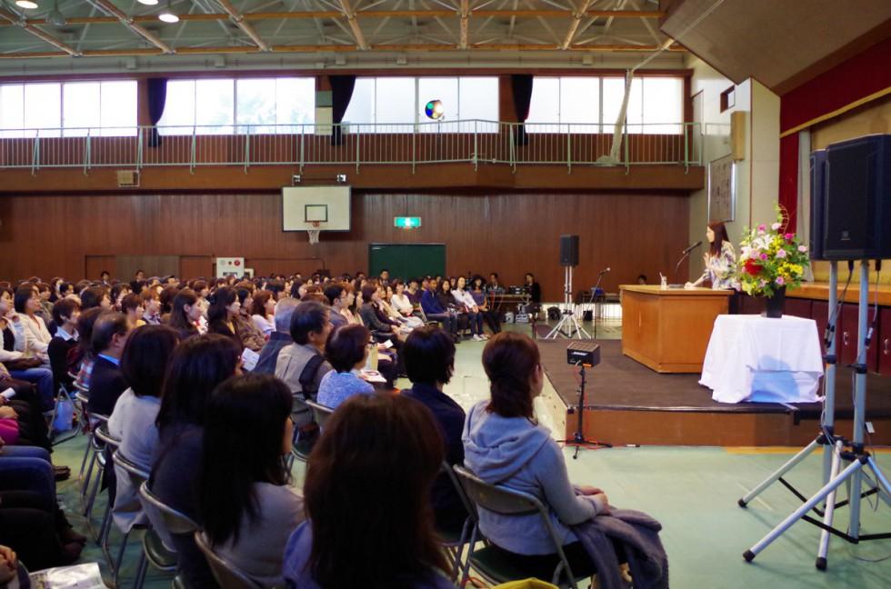 タレント 小島慶子さん教育講演会「あなたはだれ? 子育てはインタビュー」が開催されました。