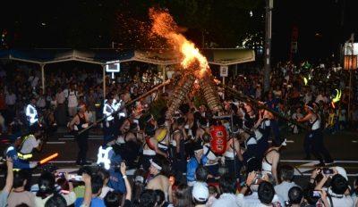 がんがら火祭り開催! 五月山に、大一文字と大文字がともされ、町には大松明が火を燃やしながら練り歩きます。